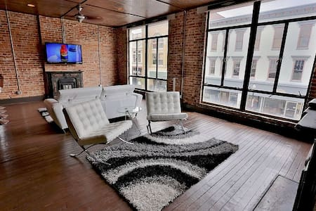 1 BR Apt Loft w/ Bar - Downtown - Shelbyville
