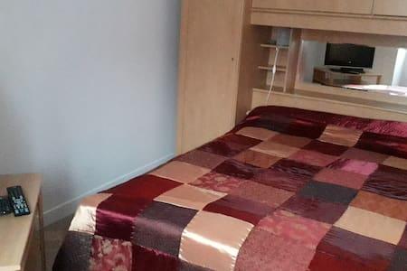 location chambre rouge chez l' habitant