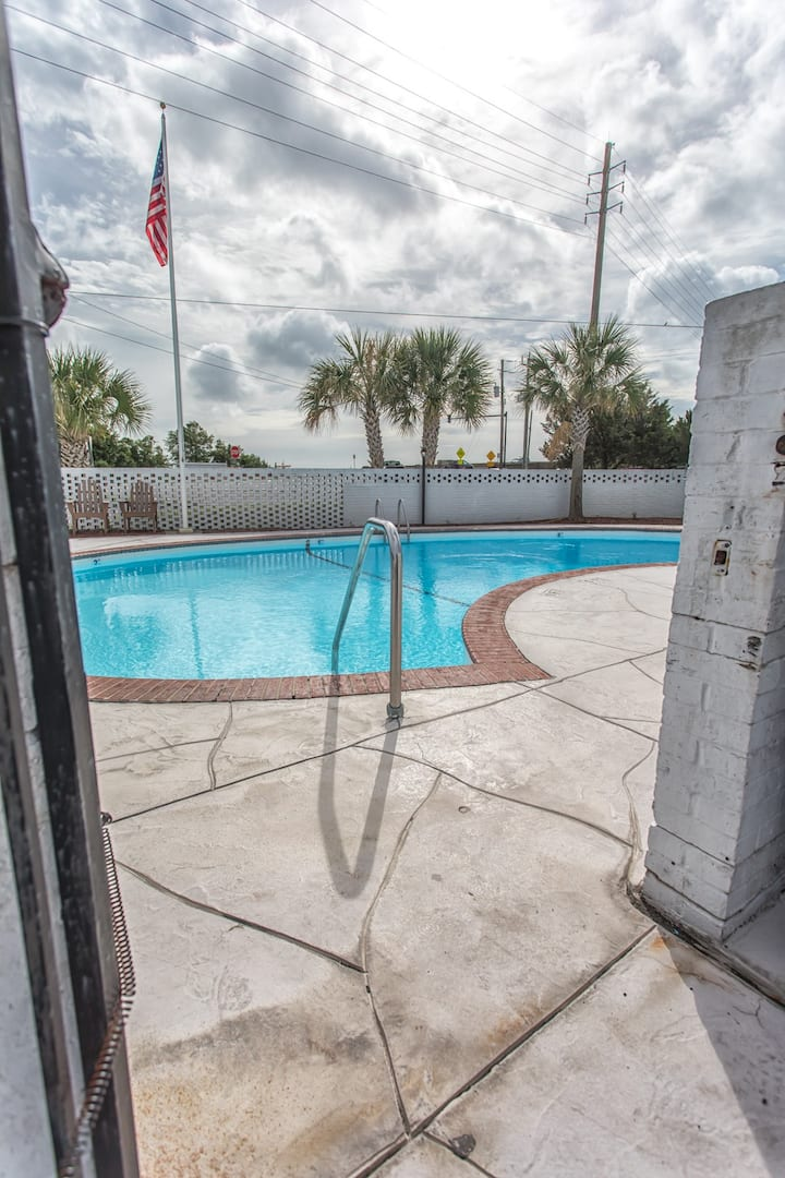 Vintage Condo 230 Wrightsville Beach Bridge – Walk to Dockside, Mellow, Poe's