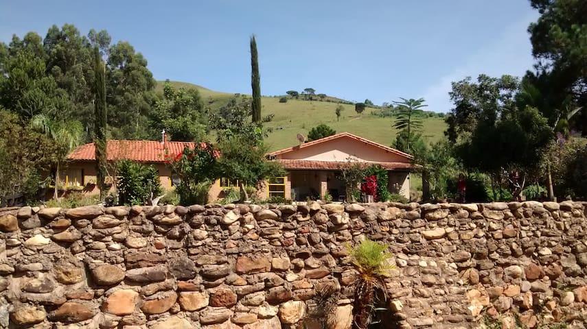 Muro de pedra da frente da casa