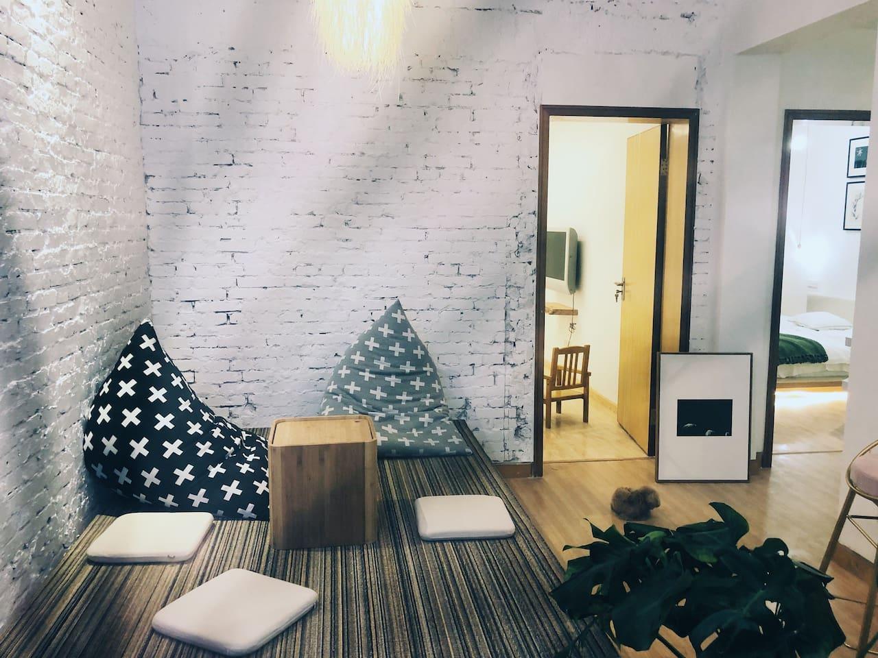 客厅1.65乘2m的榻榻米,可以喝茶,铺上软垫可以睡觉
