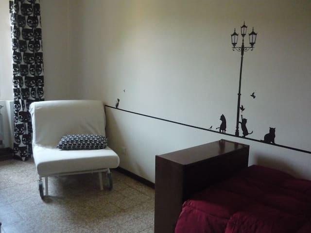 Camera con letto e divano letto
