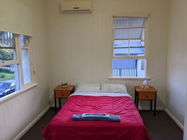 Private air-conditioned room in Annerley
