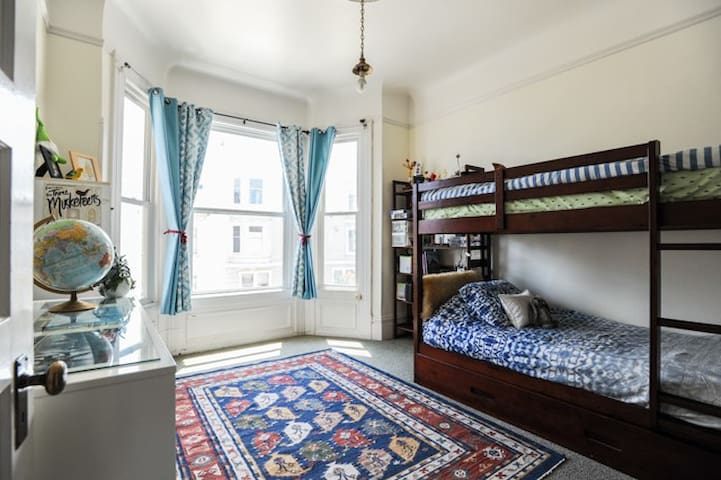 Bedroom with bunk beds plus trundle, views of Downtown and cable cars headed down to the wharf