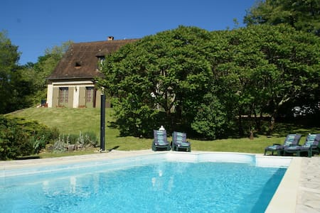 Holiday home with private swimming pool and view of the hills, in Trémolat