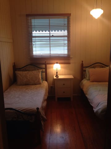 Near airport - cozy two single beds