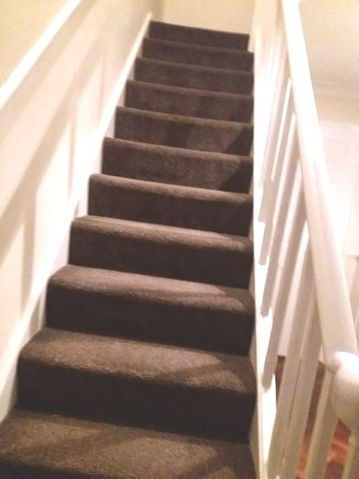 Escalier vous conduisant à la chambre.
