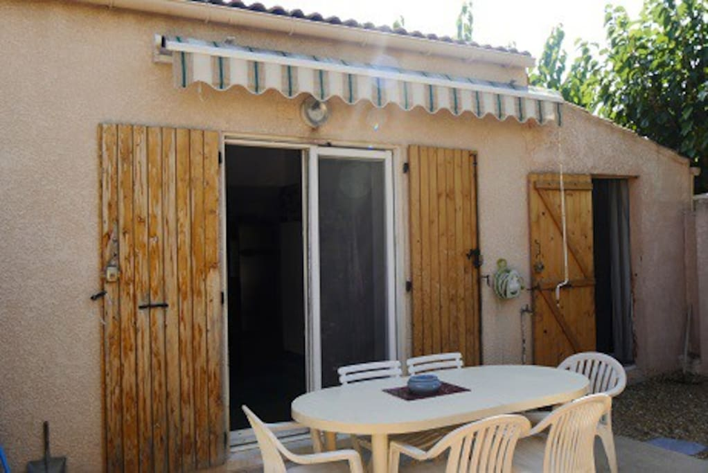 Jardin d'environ 30m² avec barbecue, grill, transats, table et chaise
