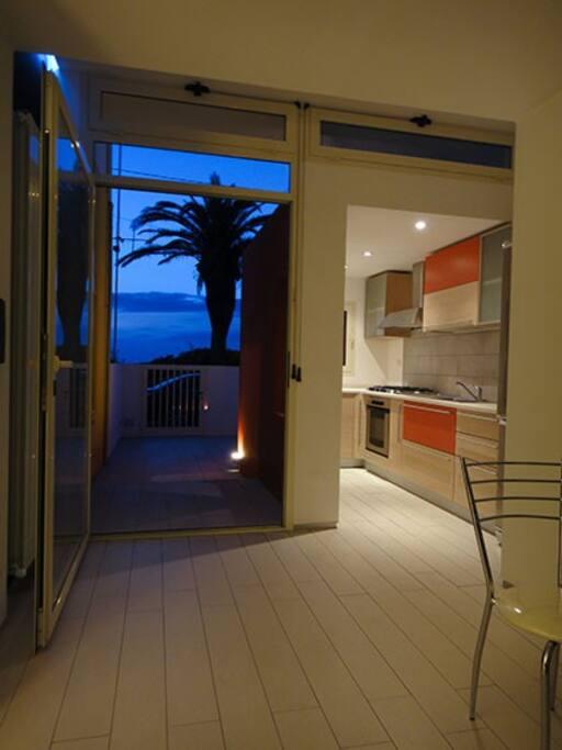 Zona giorno, vista verso la cucina e il patio esterno indipendente