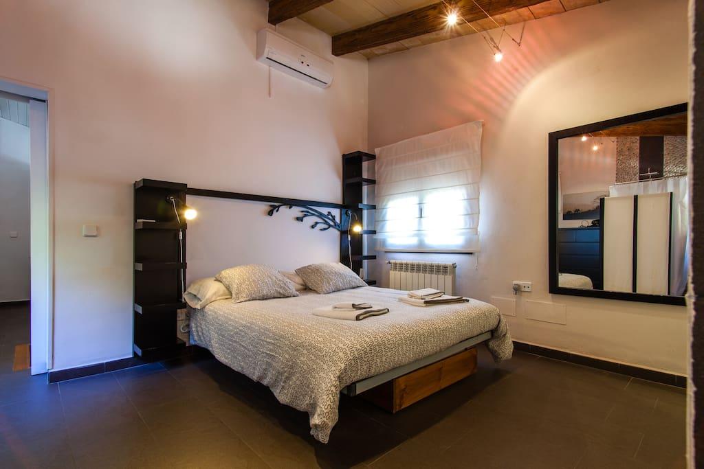 amplia habitación con baño en suite