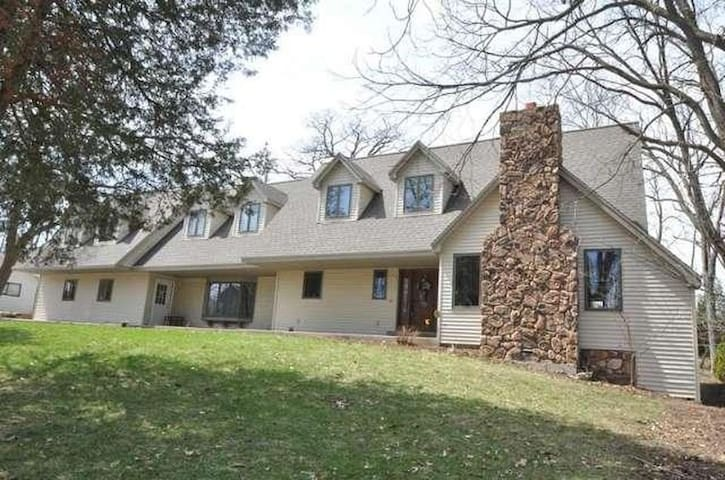 Large Lake Country home for US Open - Delafield - Talo