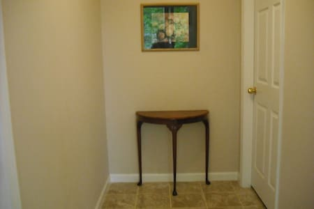 "Private in home Apartment- ""Home away from home"" - Jonesboro - Bed & Breakfast"