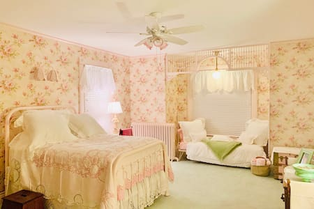 Private room in Victorian home (Rose Room)