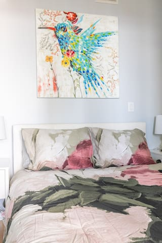 Simply Comfort. Bright&Colourful Condo in Downtown