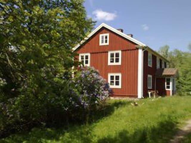 Stor hyggelig ødegård i skoven - Väckelsång  - Dům na stromě