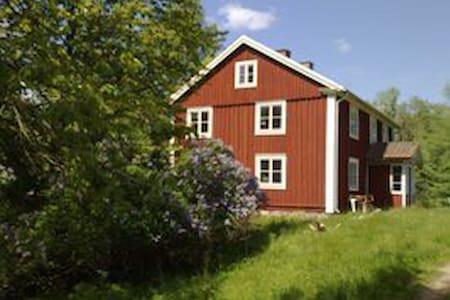 Stor hyggelig ødegård i skoven - Casa en un árbol