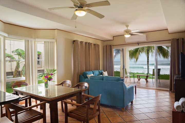 Villas Iguana A-14: Beachfront Condo!