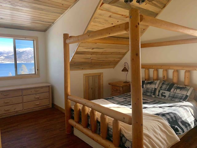 Cozy upstairs bedroom with lake views - Queen