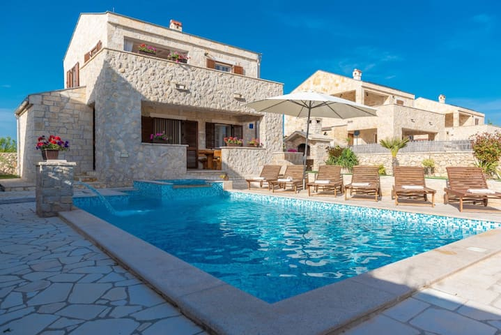 Villa with Heated pool, Jazuzzi & Sauna