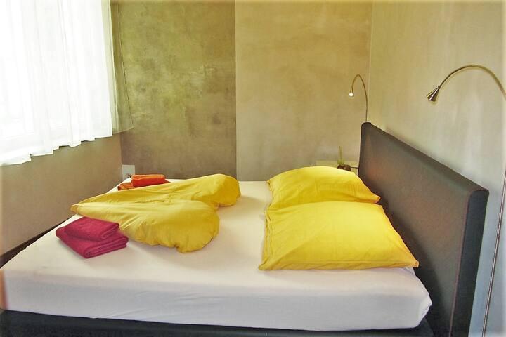 2 Zimmer mit eigenem Bad im Zentrum