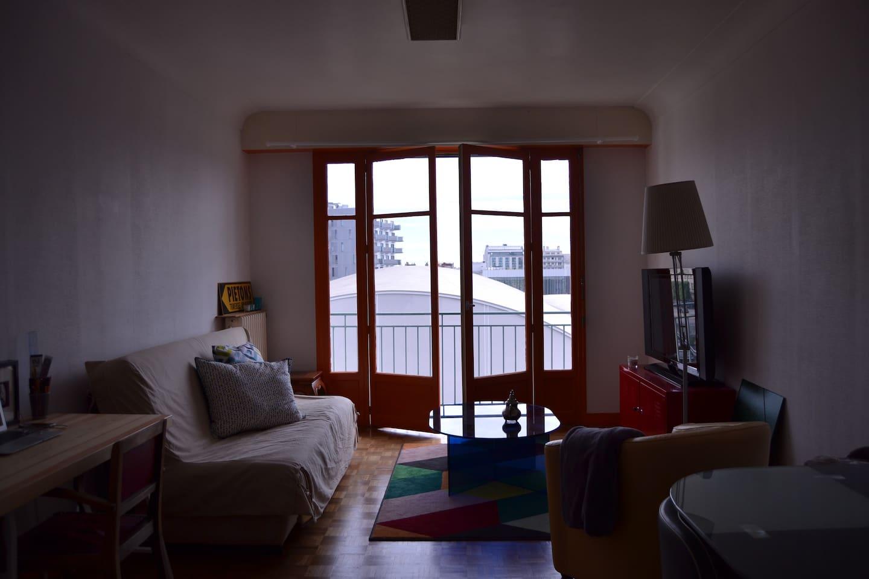 Appartement traversant de 65 m2, calme, en plein centre-ville rennais avec vue sur le Liberté (salle de concert) et face à la station de métro Charles de Gaulle.   Canapé convertible pour deux personnes. Balcon.