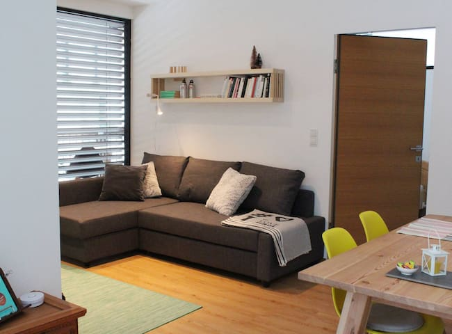 Bequeme Couch, im Nu zum Sofabett umfunktioniert. // Once a comfortable couch, easily switched into a sofa bed for two.