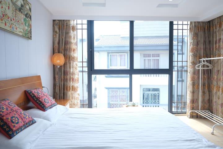 中式落地窗古朴大床房