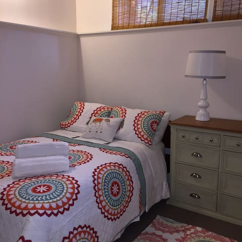 Beautiful Guest Room in Family Home - Crystal Lake