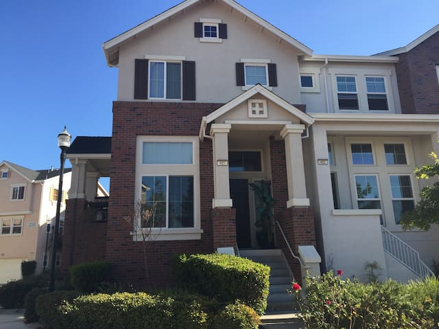 Cute 3Br Condo walk to Downtown! - Livermore - Townhouse