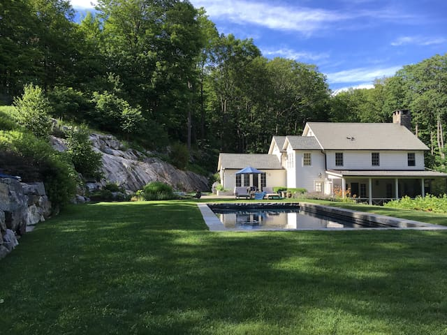 Hudson Valley Farmhouse with Pool - Philipstown - Huis