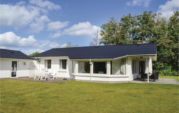 Holiday cottage with 3 bedrooms on 96m² in Strandby