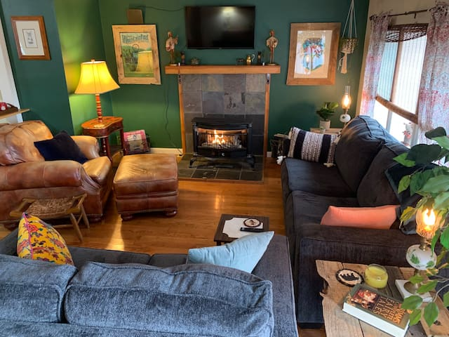 Cozy and cute home, walking distance to downtown!