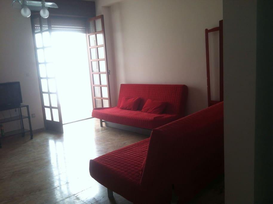 Soggiorno open space con 2 divani letto matrimoniali