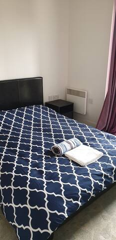 2 bedroom in a modern flat.free parking beachfront