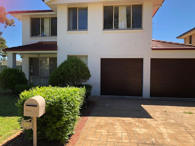 5bedroom + playroom Rouse hill 10people $220 night