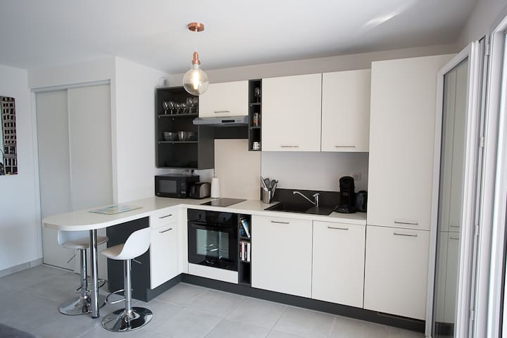 .Four, micro-ondes, lave vaisselle, réfrigerateur + congélateur