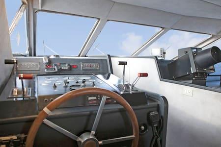 Luxurious cruiser yacht - Evia