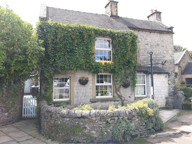 Hartington king en-suite in period cottage