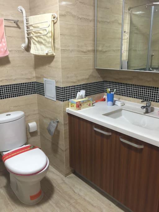 整洁干净的洗手间