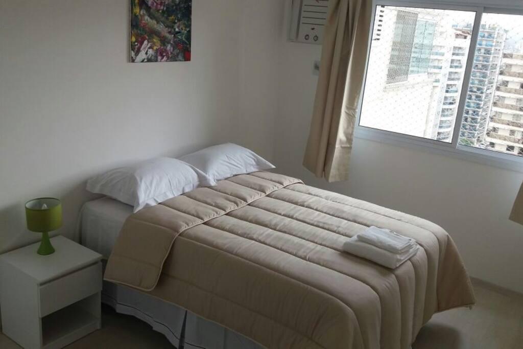 Quarto suíte com ar-condicionado e cama de casal
