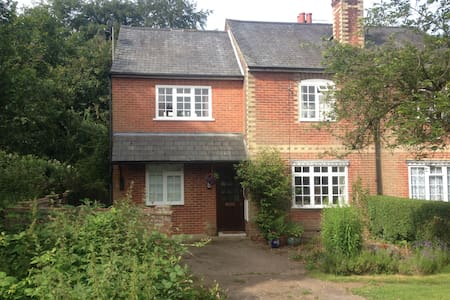 Spacious single room in Shalford - Shalford GUILDFORD - House