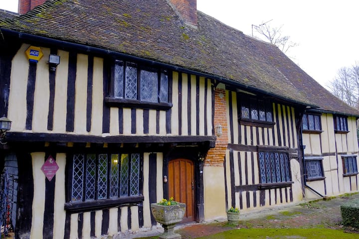 Double room in stunning Tudor Manor near Hythe