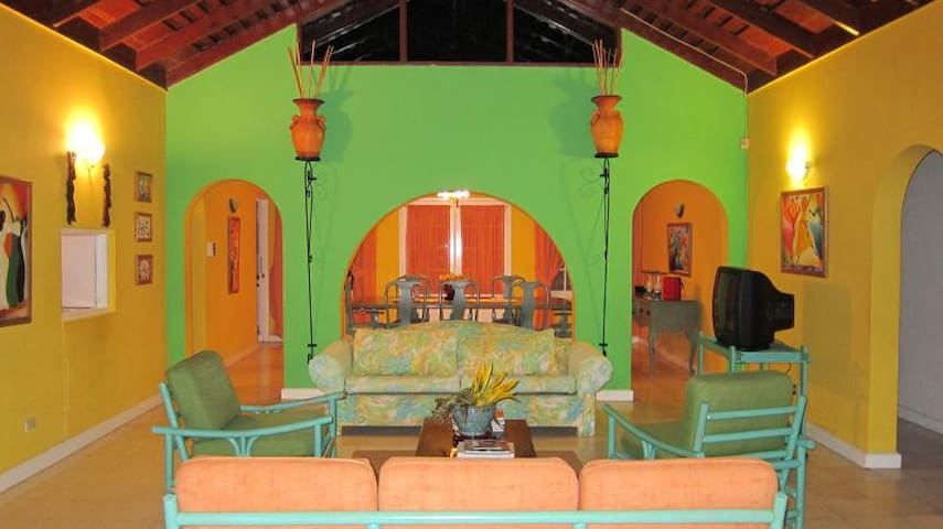 Paradise By the Sea! Silver Sands Jamaican Villa - Duncans - House