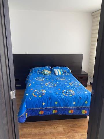 Habitación con cama matrimonial, baño completo, televisión