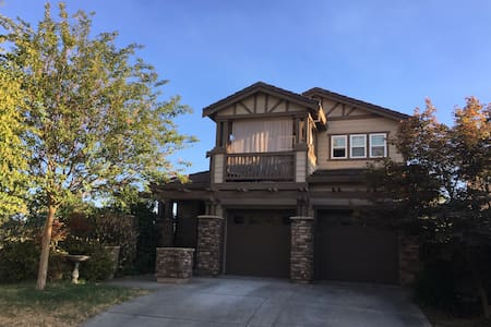 Private Room w/ Private Balcony and Private Bath! - West Sacramento - Huis