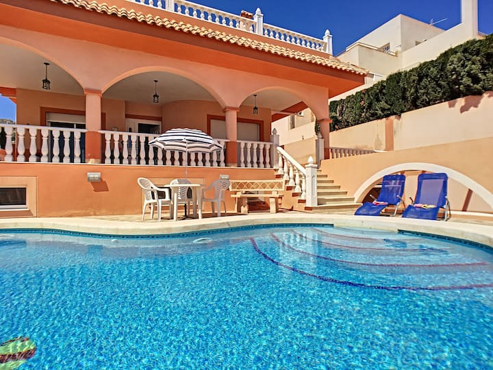 One bedroom, private pool, wifi, close to the sea