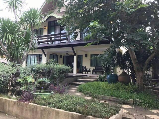 该别墅位于芭提雅市中心唯一的别墅,旁边就是著名的hollywood, - อ.บางละมุง - Villa