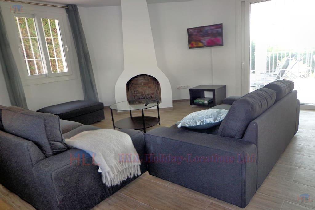 Wohnzimmer mit offenem Kamin und TV, Internet