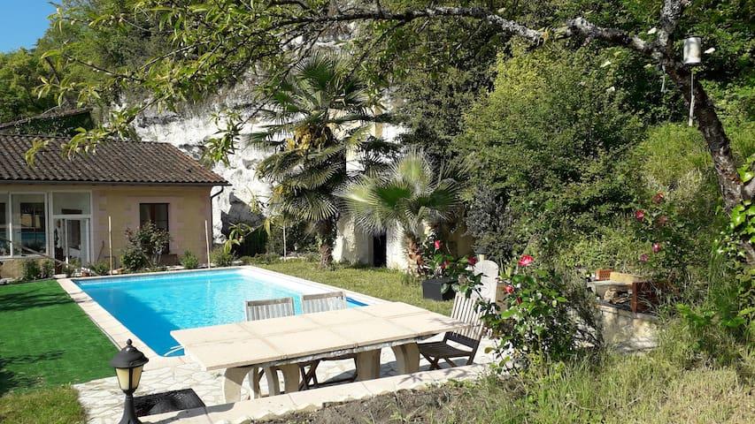 Maison avec piscine et vue au coeur d'Aubeterre