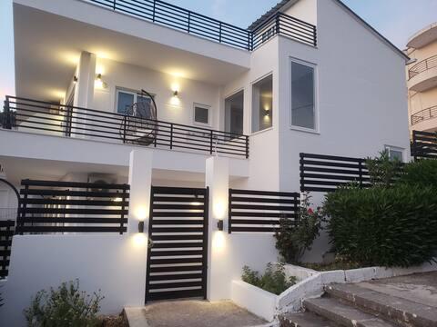 GEM H&R Studio Apartment with backyard veranda